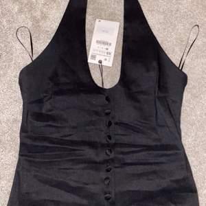 Jättesnygg halterneck top från Zara, aldrig använd. Prislapp sitter kvar