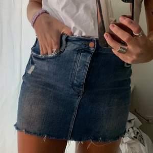 Blåa jeanskjol från Zara! Ganska stretchigt material som sitter tight, storlek M men absolut mer en S!