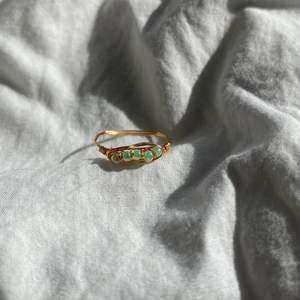 Handgjord ring med gröna skimmriga pärlor och guldtråd💚  kan göras i alla storlekar! Frakt tillkommer.