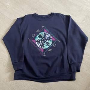 Iowa sweatshirt uppskattad strl XL. 66 kr spårbar frakt.  Skicka meddelande vid frågor/fler bilder! Notera att små defekter kan finnas då den inte är ny. Större brister nämns tydligt i annonsen/visas på bild. OBS! Bud är bindande!!!!!!!