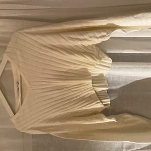 Snygg v-ringad tröja från nakd med vida ärmar. Passar mig som brukar ha XS