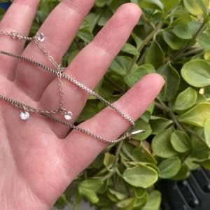 Jätte fint välbevarat silvrigt halsband bestående av två kedjor! Säljer för 70 kr+ frakt 😊