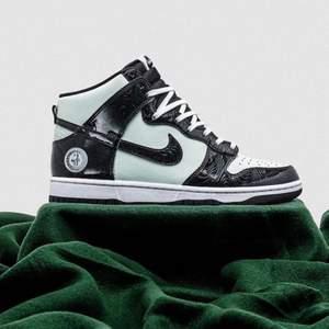 Helt nya & oanvända Nike Dunk High All Star 2021 i  storlek 40. Kvitto finns! Skickas dubbelboxat & med spårbar frakt som köparen står för. Kika in @LocalJords på instagram för fler limiterade Jordans! Vid stort intresse blir det budgivning.