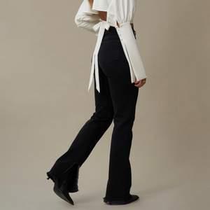 Raka svarta jeans med slits från nakd, Hanna schönbergs kollektion, nypris 549kr. Storlek 32, stretchiga i materialet så passar också om man har 34. Så fint skick. Klippt de en bit då de var långa på mig. Jag är 167 och de är 78cm i innerbenslängd och passar mig perfekt. Köparen står för frakten. Jag står inte för postens slarv!