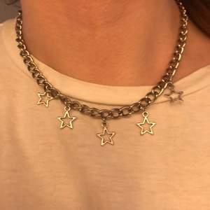 Säljer detta sååå fina halsband men tyvärr sitter det inte som jag vill😩 väldigt bra skick då det är använt få gånger!