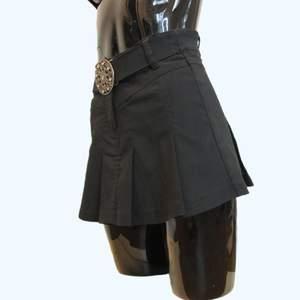 2000s vintage kjol med bälte.                      Storlek- 148cm flicka uppskattas passa DAM XS.                                                   Mått- midja = ca 30 Längd ca 33.                    Frakt spårbart- 51kr, brev icke spårbart 48kr.                                                      Hej och välkommen!   Samfraktar vid köp av fler varor, skickas inom 1-2 arbetsdagar efter betalning är genomförd. Glöm aldrig att ditt BUD ÄR BINDANDE och betalning ska ske snarast möjligt efter vinnande auktion är avslutad. Tveka inte att kontakta oss om du har fler frågor eller önskemål så löser vi detta.   Tack och lycka till!