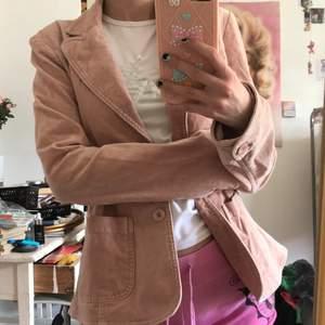 vårjacka i rosa typ mocka-ish (?)