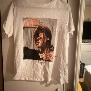 Vacker t-shirt med en bild på, dotter oversized på mig som vanligtvis e runt xs i tröjor.