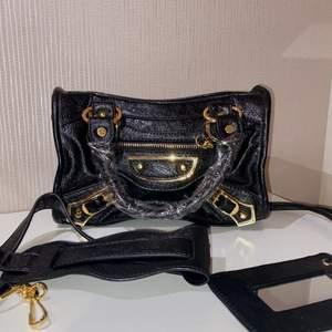 Liknande Balenciaga väska säljes, helt ny med gulddetaljer. Man får med axelband och även en tillhörande kortfodral med spegel. Jättefin! Obs:Kopia. Pris går att diskutera vid snabb och smidig affär.😃 Skickar spårbart!