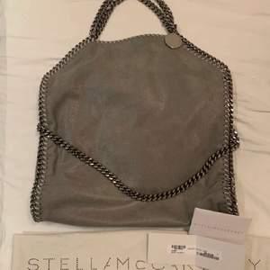 Stella väska i superfin grå färg och det klassiska veganska materialet. Ca 40cmx30cm och fold over modellen💓💓