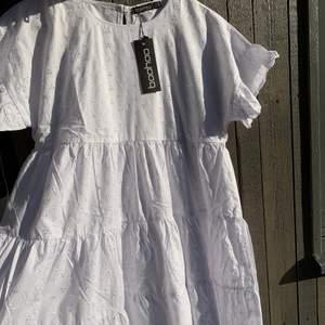 Vit, fin klänning från boohoo perfekt för skolavslutning/student, nyköpt så aldrig använd!! Säljer pga att jag har hittat en annan studentklänning🌼🌼