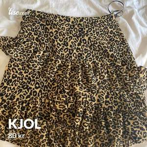 Jättefin kjol från bik bok som aldrig är använd.. kjol med volanger