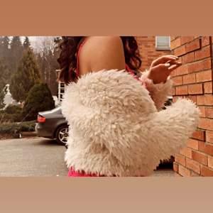 En fett mysig kofta som är jätte fin till fester eller allmänt om man vill se bra ut och däremot stanna varm.
