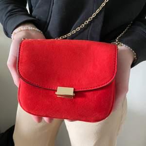 Väska i fint skick från hm. Säljer eftersom den inte kommer till användning längre och är lite liten. Frakten ingår i priset🥰