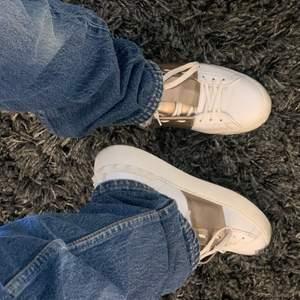 Säljer dessa skitsnygga jeans från Levis. Jag har vanligt vis 38/40 i zara jeans och dessa är lite tighta för min smak, därav säljer jag dem då jag vill att dem ska sitta pösigare upptill. Skulle säga att dem passar allt från 32-36 beroende på hur man vill att dem ska sitta.  Skriv för fler bilder!