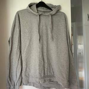 Vanlig grå hoodie i storlek m. Har två så tänkte sälja den ena. Den har snören och luva. Köparen står för frakten :)