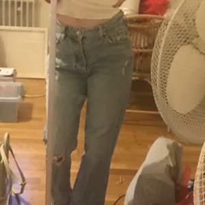 Ett par raka jeans från hm i storlek 36. Jag på bilden har storlek 34 och dom sitter perfekt på mig. Ett hål på ena knät