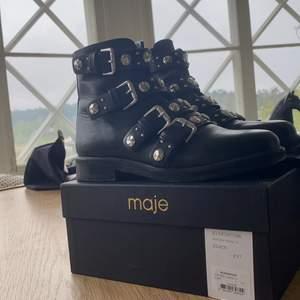 """Svarta boots från Maje, köpta på Maje butiken på NK sommaren 2019, storlek 37. Användt de vid endast få tillfällen! """"E19 Fortuna"""" köpta för 4199kr. Säljer endast vid ett bra bud🥰"""