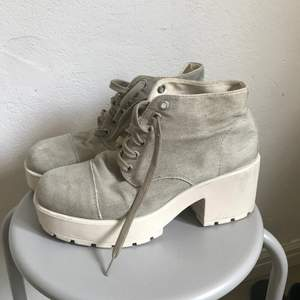 Beiga/kaki färgade Vagabond skor i canvas material med platå. Fin sommarsko och väldigt sköna! Köpare står för frakt