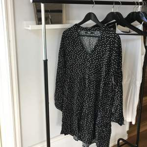 Superskön klänning ifrån bikbok i strl L men passar mig som är en S-M. Superhärlig med volanger och lös passform! Bra skick! Bara att höra av sig vid frågor eller intresse! Köparen står för frakten! Kolla gärna in mina andra annonser!🌷