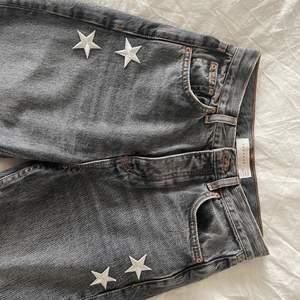 Säljer mina så snygga jeans med slits och stjärnor på💖💖De är endast använda 1 gång så i nyskick!💖💖