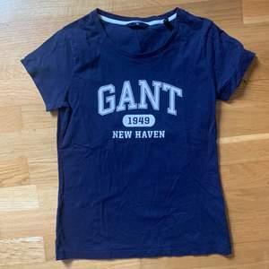 Blå Gant t-shirt i strl xs.