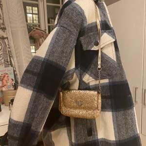 Säljer denna söta, glittriga och trendiga axelväskan från H&M:)