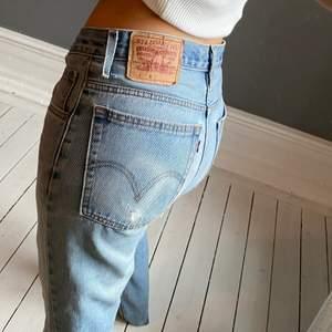 Jättesnygga vintagejeans från Levis! Skulle säga att dessa har den perfekta tvätten och är rak i modellen.