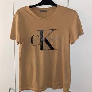 Calvin Klein t-shirt som jag köpte från Plick. Den är L men känns mer som en M. Köparen står för frakten.