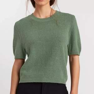 Jätte fin grön stickad t-shirts från Lindex. Använd en gång. Säljer då de inte riktigt är min stil. Perfekt skick. Köpt för 300