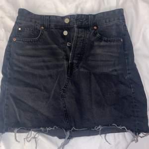 Säljer min svart/gråa jeanskjol i storlek 36, jättefin form och passar till allt, har använt en gång, köparen står för frakt
