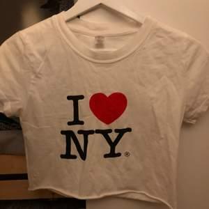 Säljer denna 1 ❤️ NY tröja croppad då den inte kommer till användning, köparen betalar frakten💗