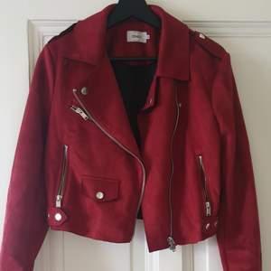 Vinröd jacka + kjol från märket Only. Fint skick, använd endast 1 gång! Mockaimitation. Köparen betalar frakt alt kan mötas upp i Göteborg 🥰