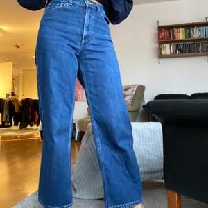 Säljer mina superfina mörkblå jeans från Monki i modellen Mozik. Använda ett flertal gånger men de har inga supertydliga defekter. Nypris: 400kr 🌸  Köparen står för frakten!!
