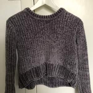 Skit skön och mysig stickad tröja (sticka inte) köpte den för ett tag sedan men har nu växt ur den, den är i bra skick! Den är lika skön i materialet som den var när jag först köpte den!💕 Storleken är S/xs(magtröja)/154 Pris går att diskutera Vid fler frågor är det bara att skriva!💕