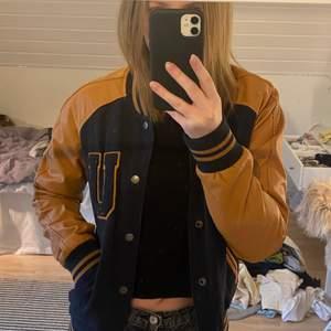 Cool varsity jacket köpt secondhand, aldrig använd! Köparen står för frakt🌸