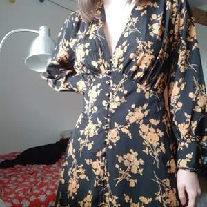 Grymt snygg klänning från missguided som tyvärr inte kommer till användning (hade på en tillställning sedan dess har den bara hängt i garderoben). Den går ner till strax över knät på mig, sitter lite löst på mig men snyggt ändå, har snygg byst och korsett