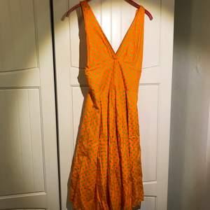 Jättefin prickig klänning med vid kjol:) Banden kan även lossas och knytas runt nacken (sista bilden).