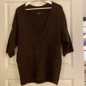 Oversized stickad tröja i en jättefin brun färg. Kortare i armarna och lite lång - storlek xs 💘