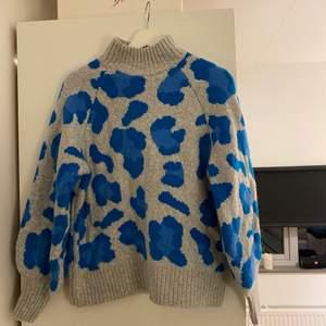 Supermysig och cool stickad tröja från H&M i blått leopard mönster. Absolut inte sticksig utan väldigt mjuk! Storlek xs 💘