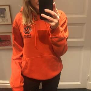 En cool orange hoodie