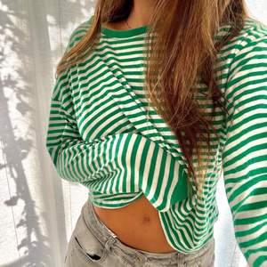 Säljer denna såå fina gröna randiga tröjan ifrån hm. Passar perfekt till både jeans men också över en klänning nu till hösten. Köparen står för eventuella fraktkostnader🍃💚🤍