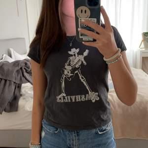 Säljer as cool brandy Melville T-shirt som är passar till typ allt😎 Köptes säkert för 200kr men säljer för 150 kr, budgivning om långa vill köpa😜 Helst kan vill jag mötas men kan posta också💓