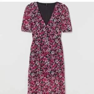 Säljer denna klänning med två slitsar från hm. De är ett tunt meshtyg och sen en svart underkjol. Säljer den då underkjolen är alldeles för kort för mig som är 175 cm. Den är i storlek 36 men passar nog mindre oxå. Skriv vid frågor!