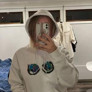 Skitcool hoodie som inte går att köpa längre! Super mjuk och skön inuti. Använd fåtal gånger. Osäker på om jag vill sälja den, därav är det budgivning!🤩