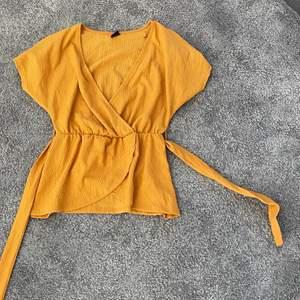 Jättefin blus som tyvärr inte kommer till användning längre. Fint skick!!!! Köparen står för frakt 🧡