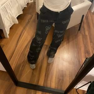Toy story jeans från hm i storlek 36. Är 155 lång och är 65cm i midjan, midja är för stor för mig, skulle gissa att de passar en 75cm. Aldrig använda!