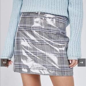 Mini kjol i vinyl material, jätte fin och helt ny. Tyvärr så är den för stor för mig. Storlek M/L🌸🦋💎🥰