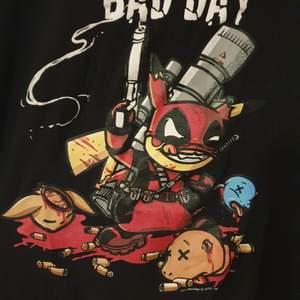 Svart deadpool pikachu tröja i strl S (herr strl) (m i dam strl) skickar men köparen står för frakt♡ 24kr