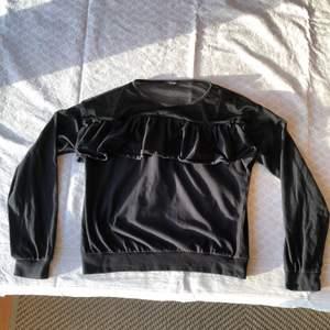 Fin svart långärmad tröja som har ett nät ovanför volangen! Tröjan är något tvättblekt men annars bra i skick. Checka gärna in mina andra försäljningar. Frågor? Bilder? Skicka så fixar jag😊